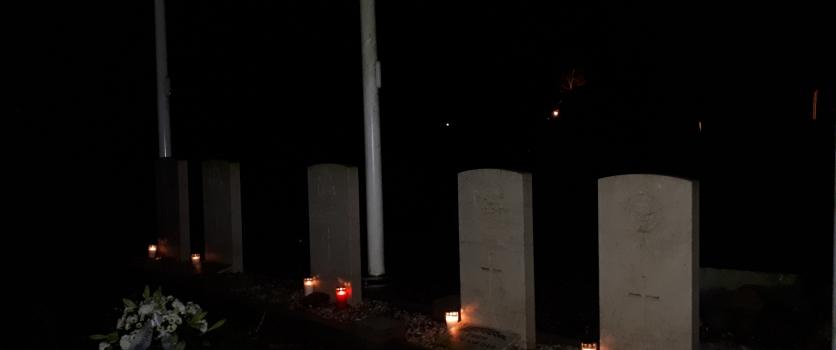 Kerstavond lichtjes plaatsen bij oorlogsgraven in Europa